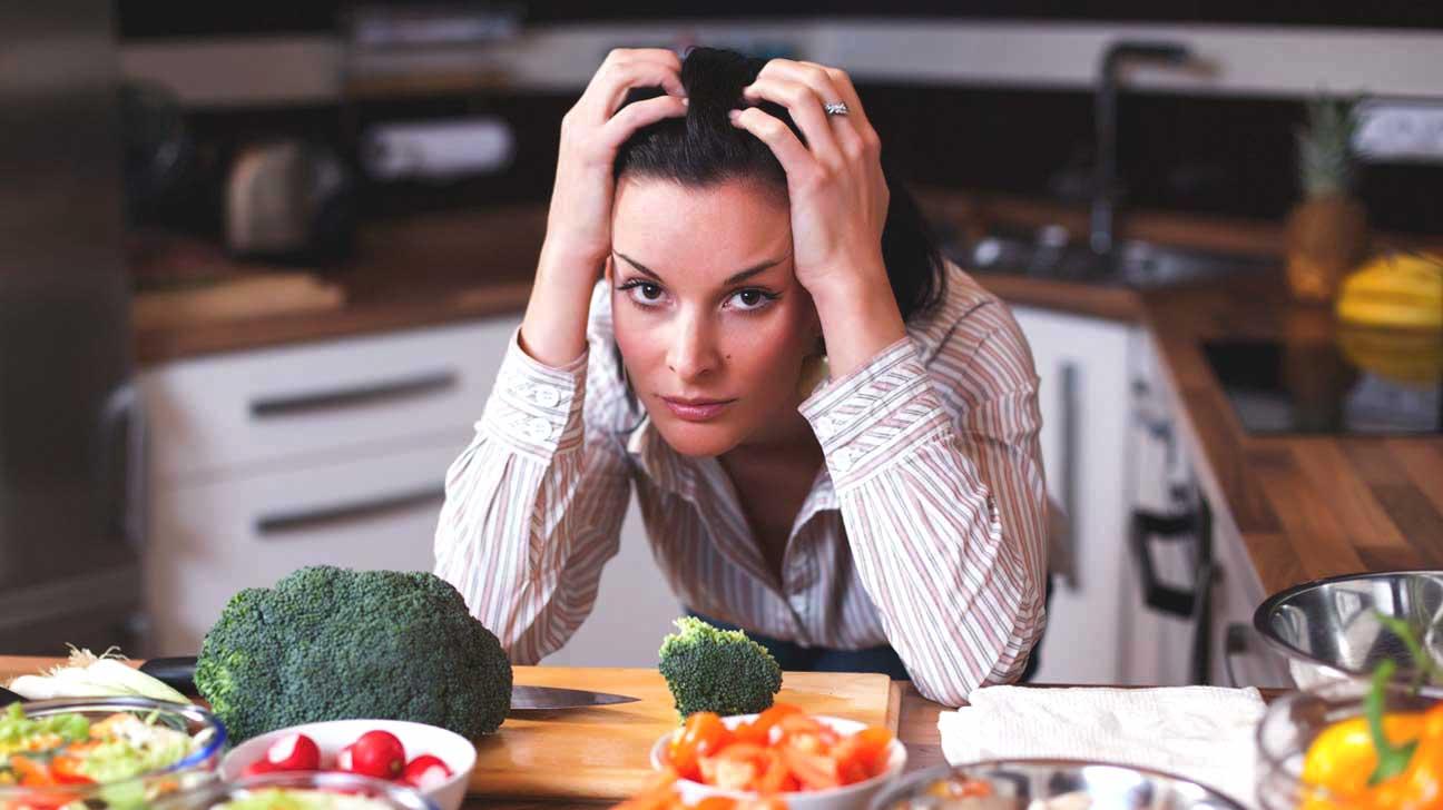 Femme stressée dans la cuisine